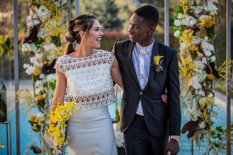 Inspiration mariage – Un mariage moderne en blanc, noir et jaune citron